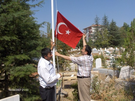 Şehit Mezarlarının Bayrakları Değişti