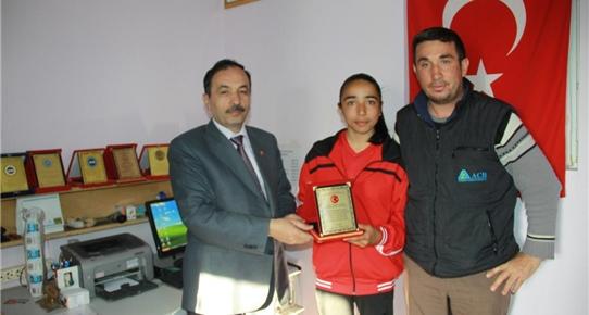 Atletizmde Ankara birincisi olan Yanık'a muhtardan ödül