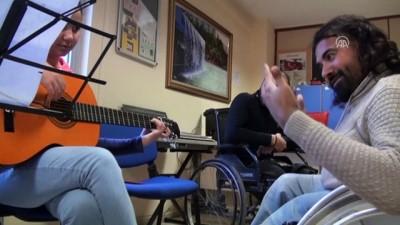 Cam Kemik Hastası Müziği Bırakmıyor