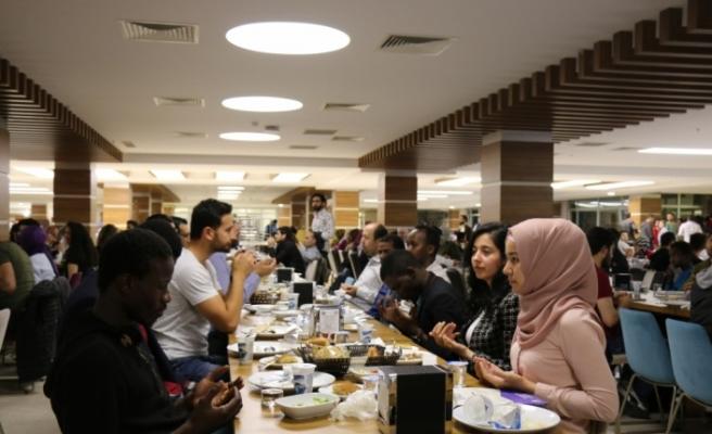 AYBÜ Rektörü Doğan, öğrencilerle iftar yaptı