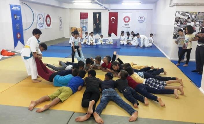 Kur'an kursu öğrencilerine judo sporu tanıtılıyor