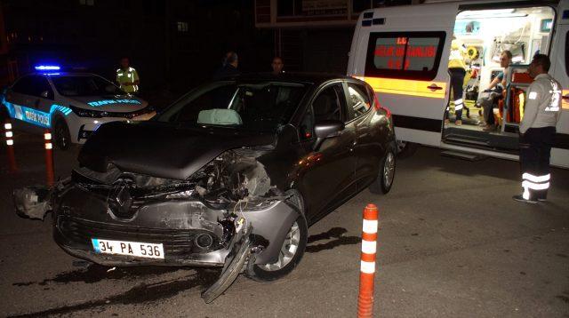 Kontrolden Çıkan Otomobil Duvara Çarptı Açıklaması 2 Yaralı