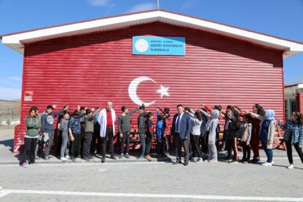 Çubuk'ta ilkokulun duvarına dev Türk bayrağı yapıldı