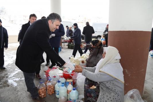 Çubuk'ta pazarcılara kolonya, eldiven ve maske dağıtıldı