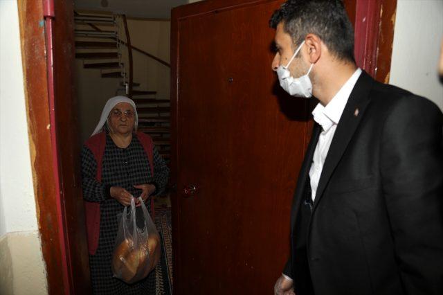 Çubuk Belediyesi, evlerinde kalan vatandaşlara ekmek götürdü