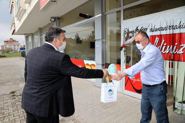 Çubuk Belediyesi vatandaşlara dezenfektan ve maske dağıtıyor