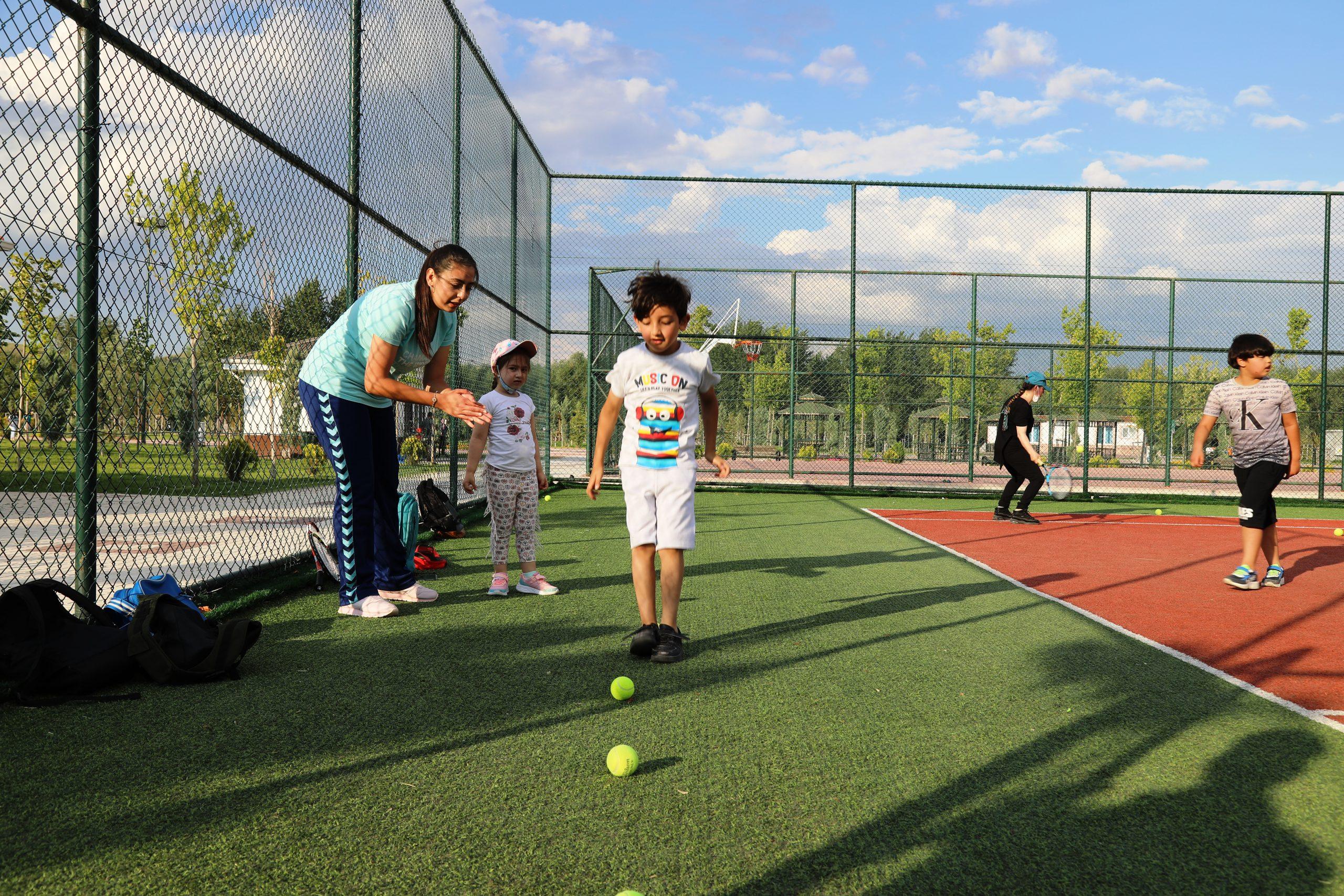 Beden eğitimi öğretmeni adayları, tenisi sevdirmek için gönüllü eğitim veriyor