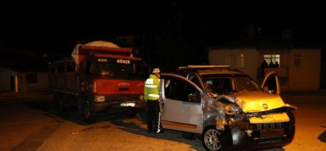 Çubuk'ta kamyonet ile otomobil çapıştı: 1 yaralı