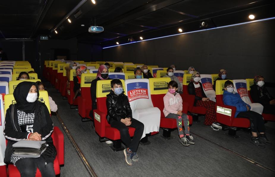 """ADEM Kursiyerleri Kadınlar çocuklarıyla """"Gezen Sinema Tırı""""nda Sineme Keyfi Yaşadı"""