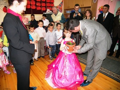 Belediye Başkanından Öğrencilere Çiçek