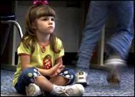 Küçük kızların ruj ve oje sürmeleri tehlikeli!