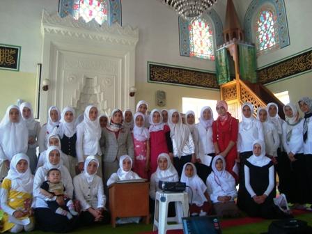 Kurs öğrencilerinin mezuniyet sevinci