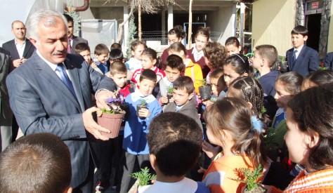 Öğrencilere Çiçek Yetiştirme Dersi