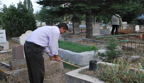 Mezarlıklarda Ücretsiz Fidan Dağıtıldı