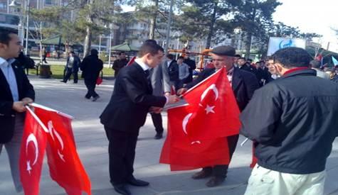 Çubuk Ülkü Ocaklarından Vatandaşa Bayrak