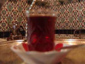 Çay ile gelen bir bardak keyif