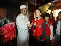 Çocuklar camilerde çikolatayla karşılandı