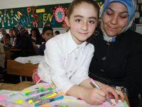 İlkokul Öğrencileri Anneleriyle İngilizce Öğrendi