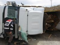 Palet yüklü kamyon devrildi: 1 yaralı