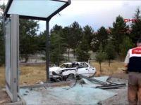 Otomobil Otobüs Durağına Çarptı 4 Yaralı