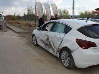Tır park halindeki otomobile çarptı: 2 yaralı