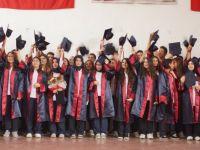 Hemşire ve Acil Tıp teknisyenlerinin mezuniyet sevinci