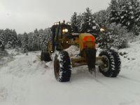 Çubuk'ta Karla Kaplı Yollar Açılıyor