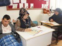 Okuma Yazmayı Engelli Oğluyla Geldiği Kursta Öğreniyor