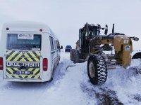Karda mahsur kalan öğrencilerin imdadına ekipler yetişti