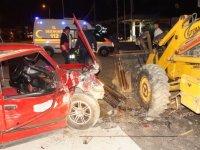 Otomobil park halindeki iş makinesine çarptı: 2 yaralı