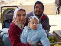 'Pazarcı Melike', Ekmek Parası Kazandığı Pazarda Çocuğunu Da Büyütüyor