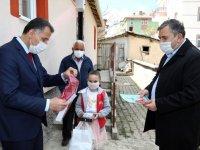 Biriktirdiği parayı Milli Dayanışma Kampanyasına bağışlayan çocuğa tablet hediye edildi