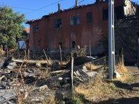 Çubuk'ta 4 ahşap ev, ticari araç ve ahır yandı: 1 kişi yaralandı