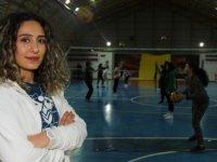 Voleybol antrenörü Ebru Türkileri, kendisini keşfeden öğretmeni gibi sporcuları keşfetmeye çalışıyor