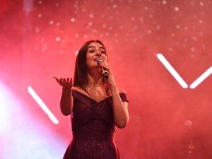 14. Uluslararası Çubuk Turşu ve Kültür Festivali'nde Elif Buse Doğan Konserinden Görüntüler